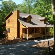 Beautiful Cabin On A Large Lot, Wifi, Game Room, Hot Tub, Screened in Back Deck
