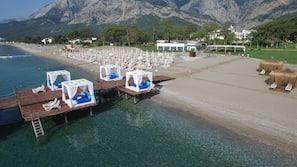 Playa privada, tumbonas, sombrillas y bar en la playa