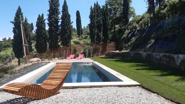 室内游泳池,季节性开放的室外游泳池,09:30 至 21:00 开放, 池畔遮阳伞, 日光浴躺椅