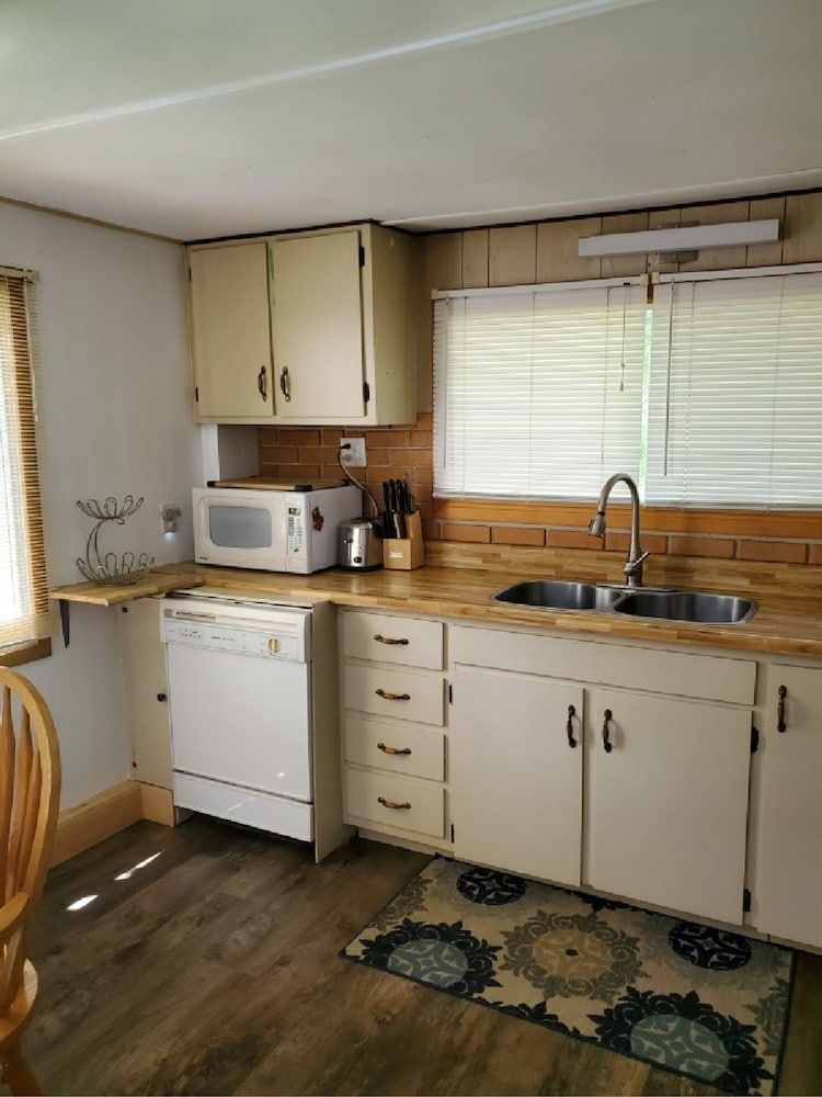Private Kitchen, Cute Four Season Cottage With Sand Beach On Lake Muskoka