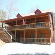 Beautiful Cabin With Hugh Game Room, Hot Tub, Wifi, Fire Pit, Screened in Deck