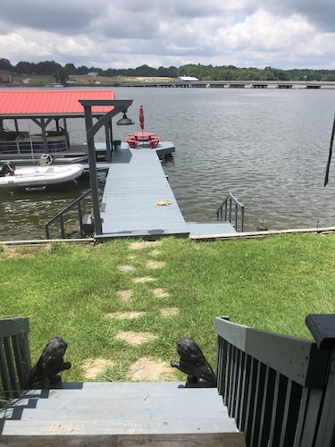 Lake House Beautiful Views Best Location! Near Local Stores and gas Docks!