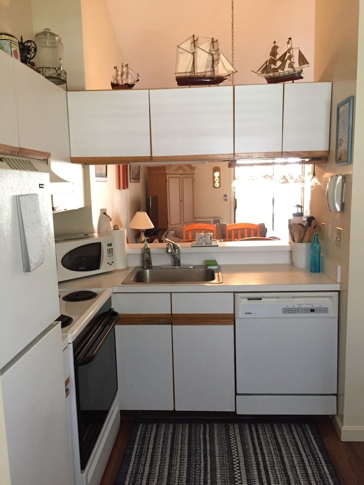 Private Kitchen, Book it Now! Clean Cute Family-friendly Ocean Edge Cond