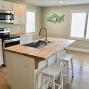 The Nags Head Cottage-renovated Spring 2018! Walking Distance to the Beach!