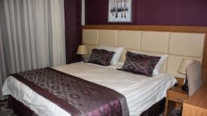 1 makuuhuone, tallelokero huoneessa, työpöytä, silitysrauta/-lauta