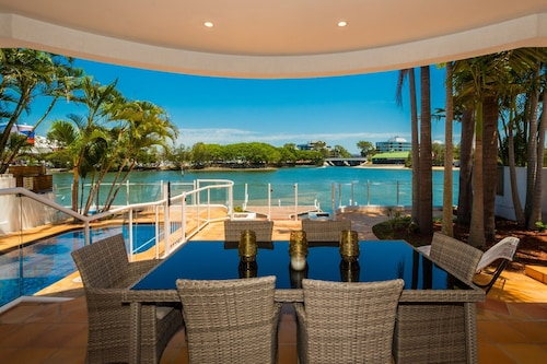 Edgewater on Chevron Waterfront 5 Bedroom Deluxe House Central Surfers Paradise Location