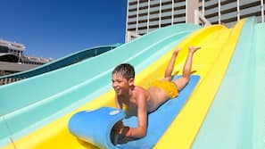 4 outdoor pools, open 10:00 AM to 7:00 PM, pool umbrellas, pool loungers