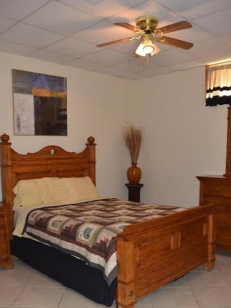 Room, Overlooks Jamestown Marina & State Dock, Lakeview House, 4br/3ba, Sleeps 10