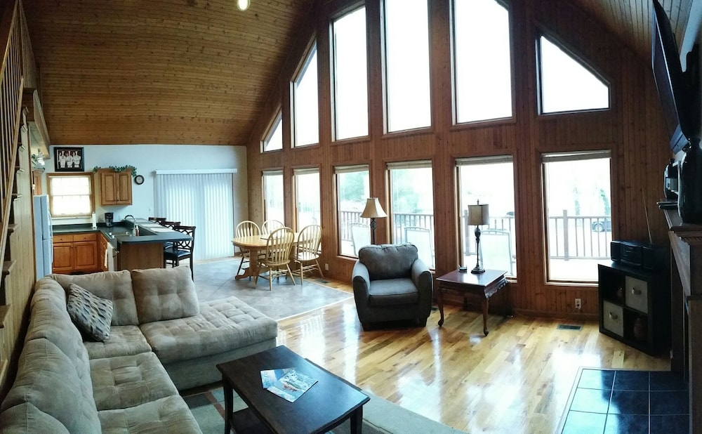 Living Room, Overlooks Jamestown Marina & State Dock, Lakeview House, 4br/3ba, Sleeps 10