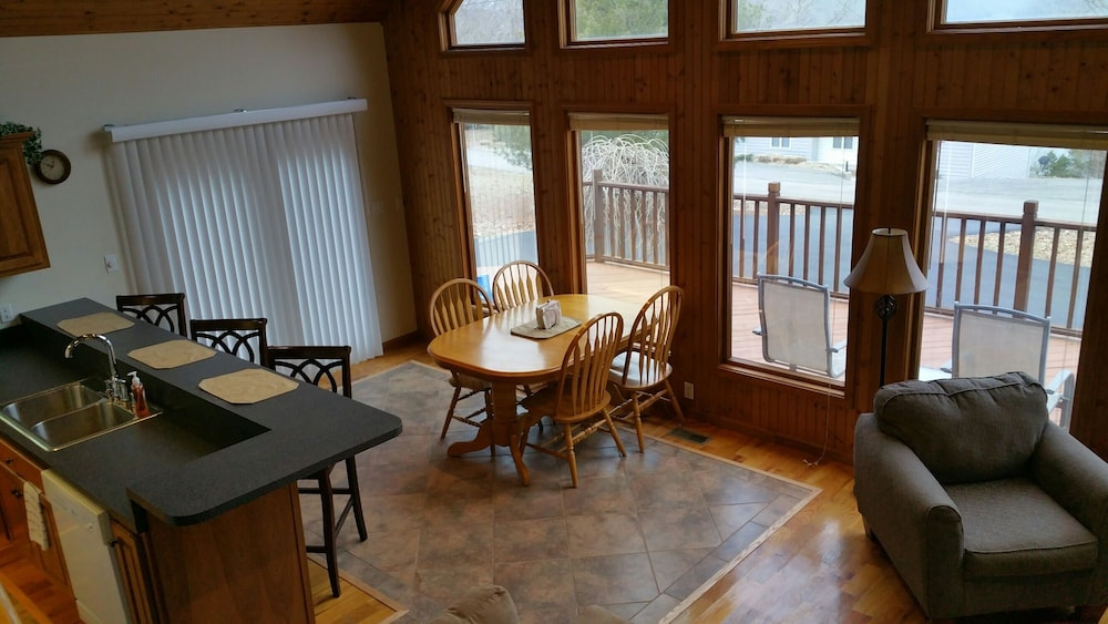 In-Room Dining, Overlooks Jamestown Marina & State Dock, Lakeview House, 4br/3ba, Sleeps 10