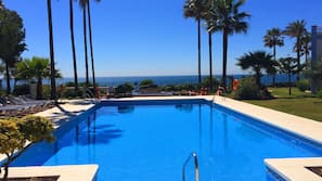Una piscina al aire libre, una piscina climatizada