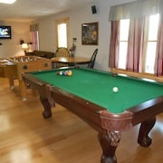 Luxury Cabin With Game Room, Hot Tub, Wifi, 2 Back Decks. 2 Wood Fire Places