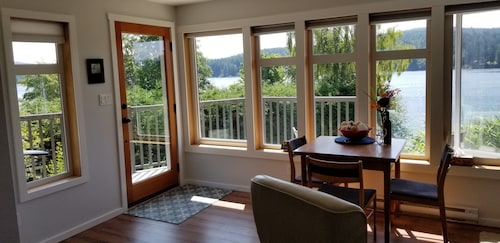Harbourside Haven - One Bedroom Oceanview Suite With hot Tub!
