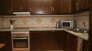 Réfrigérateur, micro-ondes, lave-vaisselle, cafetière/bouilloire