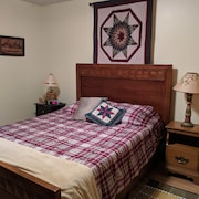 Cozy Lakeview Cottage, 2br, 1 Mile to Kalahari! Sleeps up to 8 Guests