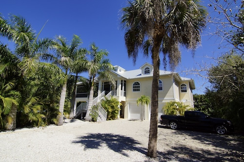 Beach Nest - Close to Sanibel Outlets and Beaches !