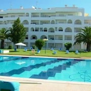 Algarve T2 Apartment, Porches, Pool and Access to 2 Beaches, Family Home