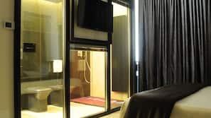 1 camera, minibar, una scrivania, ferro/asse da stiro