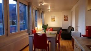 1 間臥室、羽絨被、書桌、床單