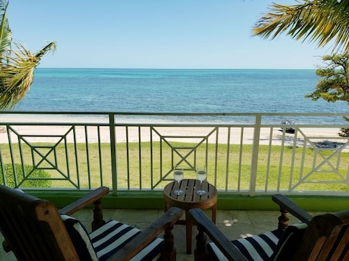 5 Star Resort: Gorgeous Condo on the Beach by the Pool!