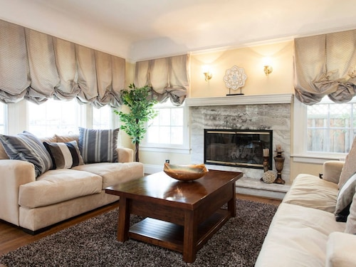 Great Place to stay 9mp: Cozy 4-bedroom On Tree-lined Street near Menlo Park