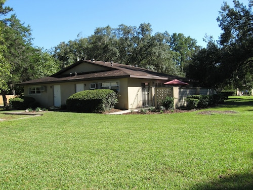 Affordable: Quiet 1 Bedroom Apt; Pvt.patio; Trees; UF, Downtown, Shopping 1.5 mi