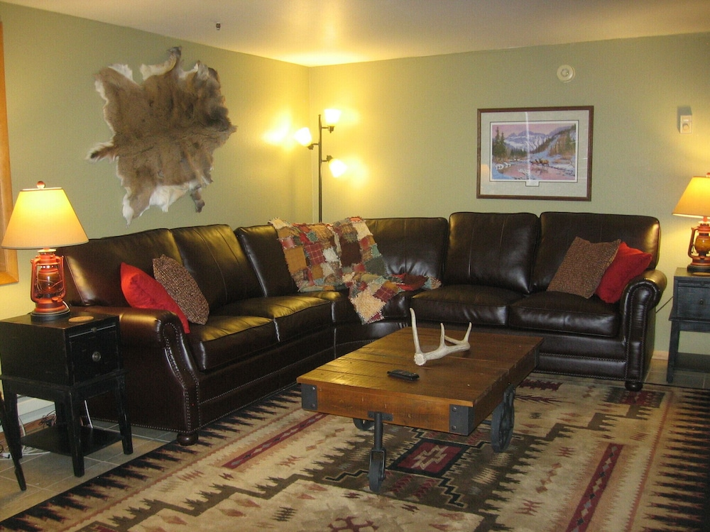 Living Room, Near National Park and Yellowstone River. Full Kitchen, dog Friendly