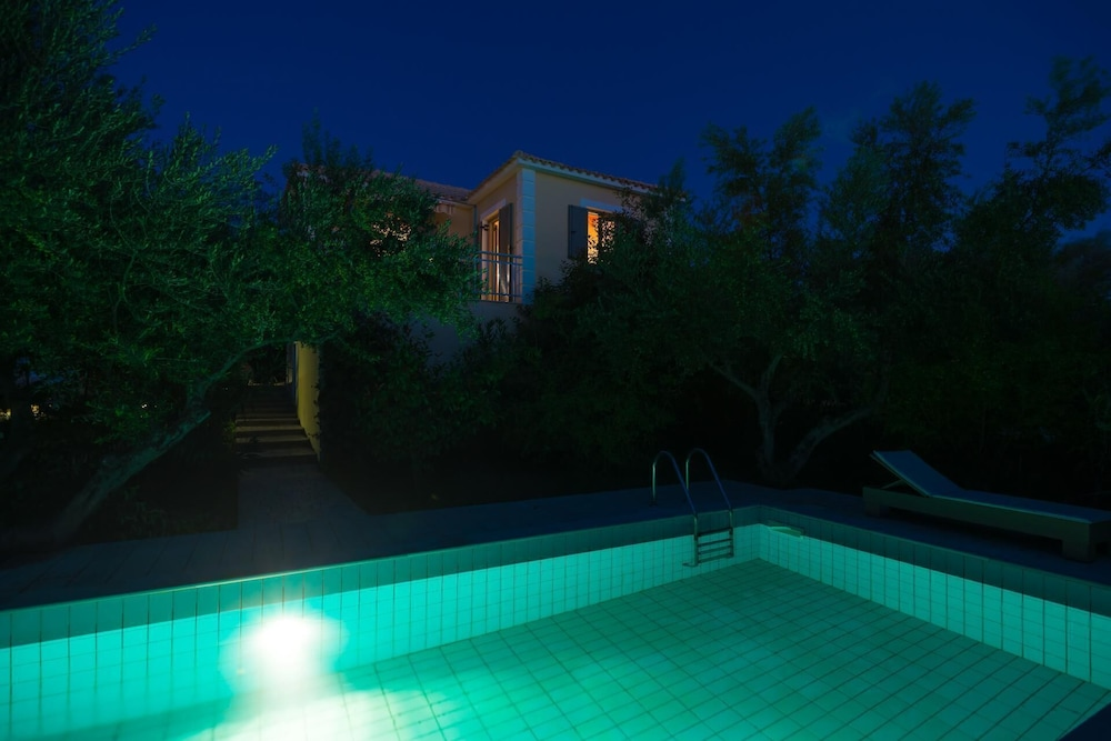 Pool, Gialova Villa, Sleeps 2 With Pool, Air Con and Wifi