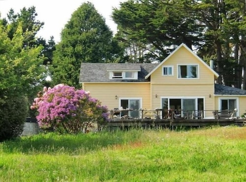 Mendocino Beach House With Views & Beach Path Directly From Yard!