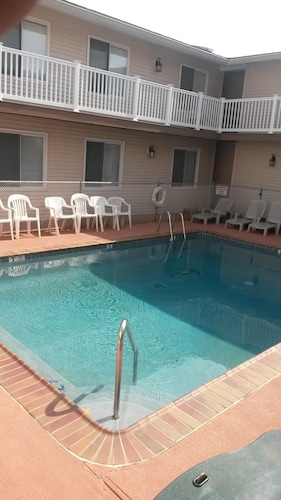 Swimming Pool, Flat Screen TV W/cabl, Wi-fi, & A Nice Family Oriented Atmospher