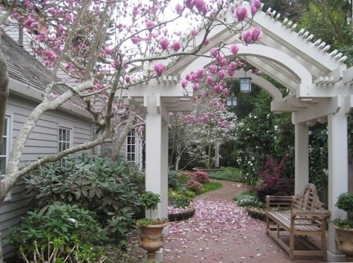 Great Place to stay Beautiful Country Setting 5 Minutes From Downtown near Menlo Park