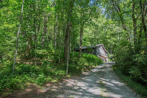 4 Min To Town, Screened Porch, Wooded, Private Nature Trail With Creek, Dogs Ok,