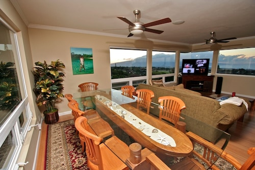 Pookela Paradise 1- Walking Distance to Makawao, Panoramic Ocean Views!