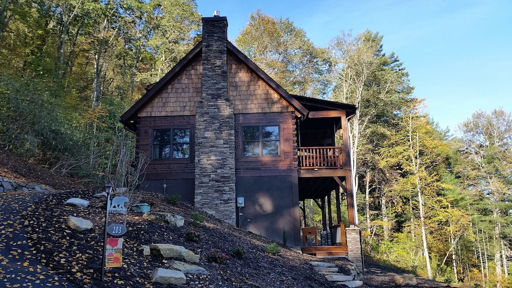 Exterior, Newly Built, Private, Log Cabin/ Mtn View, hot tub & Fire Pit. Family Friendly