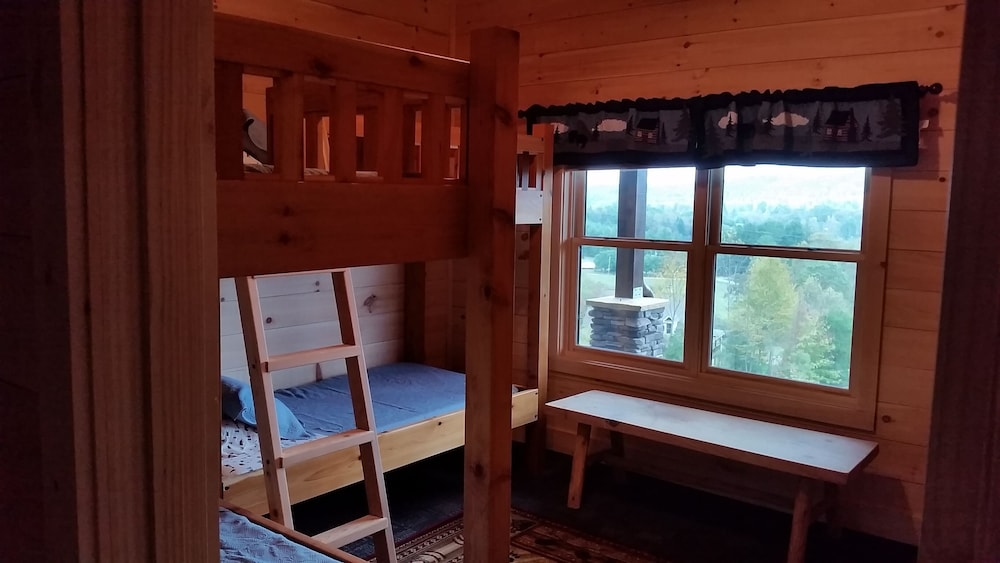 Room, Newly Built, Private, Log Cabin/ Mtn View, hot tub & Fire Pit. Family Friendly