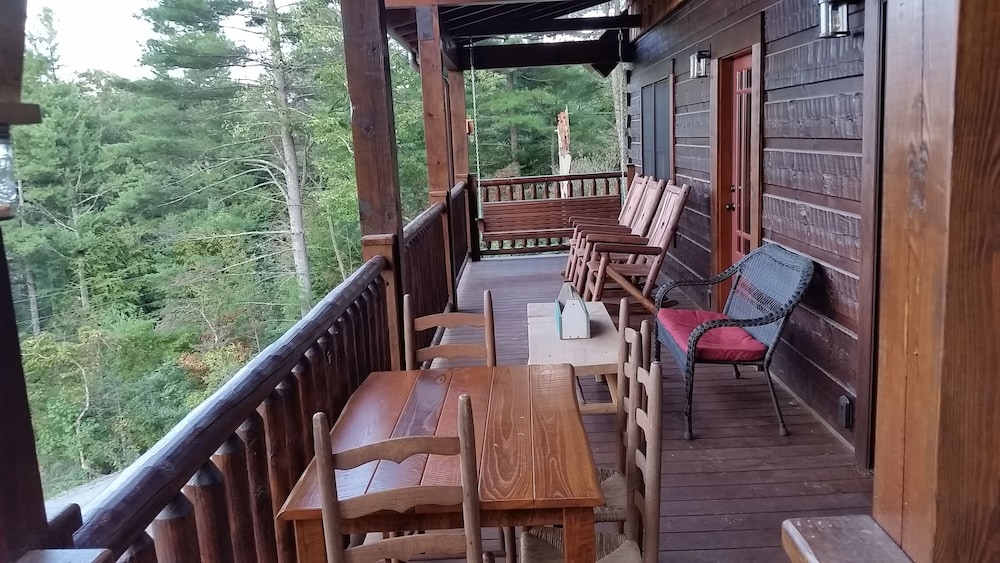 Terrace/Patio, Newly Built, Private, Log Cabin/ Mtn View, hot tub & Fire Pit. Family Friendly