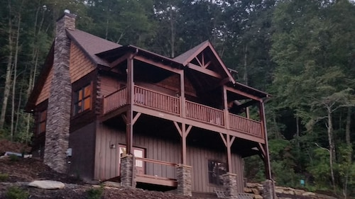 Newly Built, Private, Log Cabin/ Mtn View, hot tub & Fire Pit. Family Friendly