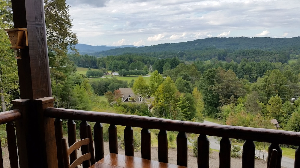 Balcony, Newly Built, Private, Log Cabin/ Mtn View, hot tub & Fire Pit. Family Friendly