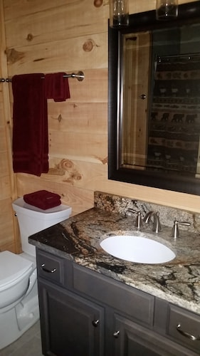 Bathroom, Newly Built, Private, Log Cabin/ Mtn View, hot tub & Fire Pit. Family Friendly