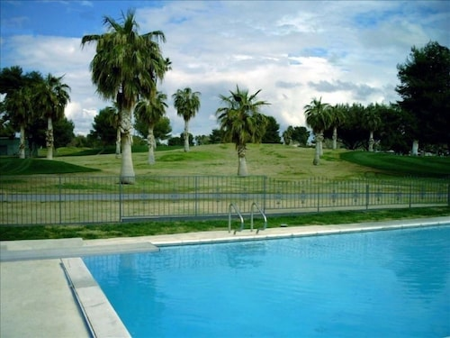 Lovely Studio, Huge Pool, Overlooks Golf Course, Min to Strip!