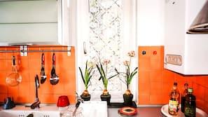 Grand réfrigérateur, fourneau de cuisine, chaise haute