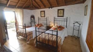 1 dormitorio y tabla de planchar con plancha