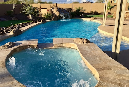 Luxury new Home, Heated Pool/spa, 3 Putting Greens, Mist System, Private Yard
