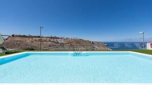 Una piscina al aire libre (de 10:00 a 19:00), sombrillas, tumbonas