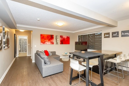 Stylish Condo 1 In Canada. Walk To Many Attractions