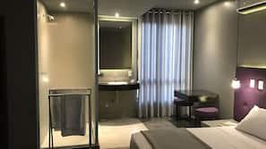 Minibar, decoración individual, mobiliario individual y escritorio