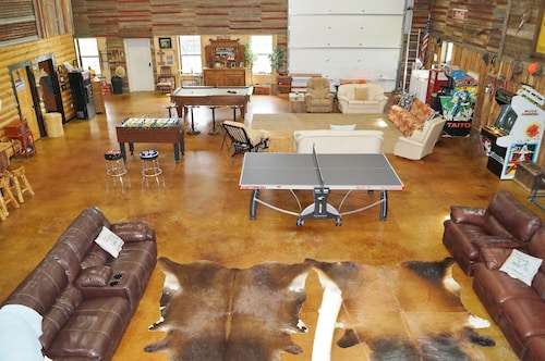 Luxury Barn o Minium With Games to Entertain Sleeps 24 Close to Lake and Casino!