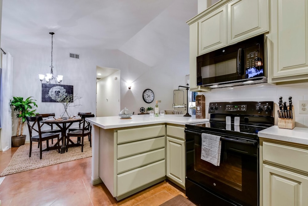 Private Kitchen, Hill Country Retreat Private Hot Tub 1 Mile To DT DS Stay 2 Nights 3 Night Free