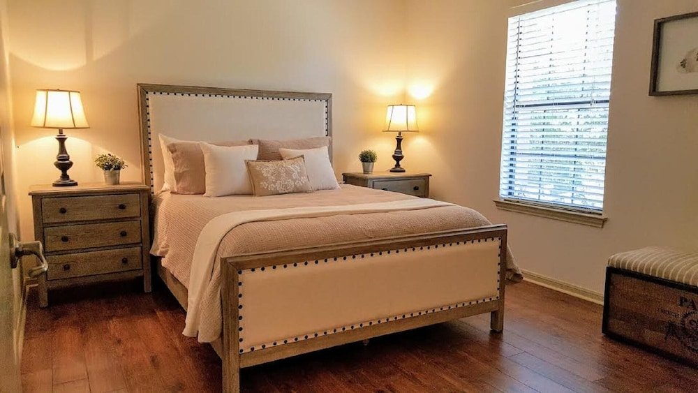 Room, Hill Country Retreat Private Hot Tub 1 Mile To DT DS Stay 2 Nights 3 Night Free