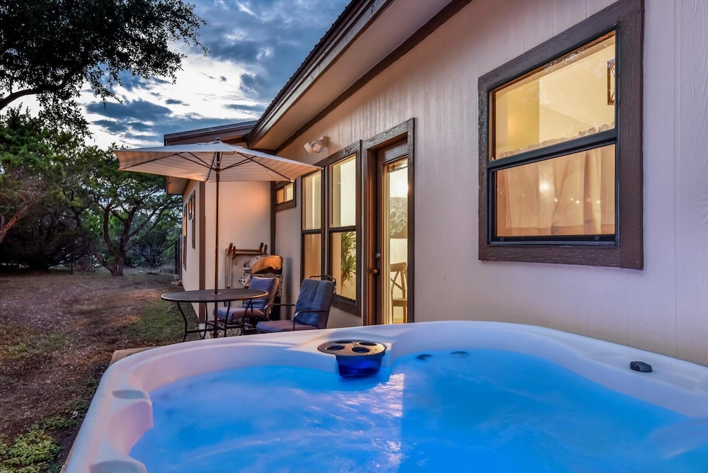 , Hill Country Retreat Private Hot Tub 1 Mile To DT DS Stay 2 Nights 3 Night Free